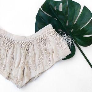 Tobi fringe crochet beige shorts